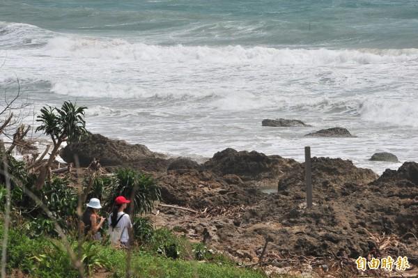 恆春半島東岸仍有大浪,民眾岸上觀浪過乾癮。(記者蔡宗憲攝)