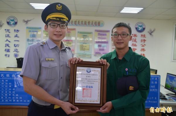 所長吳建霖(左)頒發感謝狀給見義勇為的郵差楊富程。(記者鄭淑婷攝)