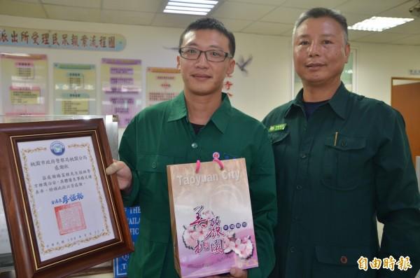 郵差楊富程(左)見義勇為行為,讓主管王英斌豎起大姆指。(記者鄭淑婷攝)