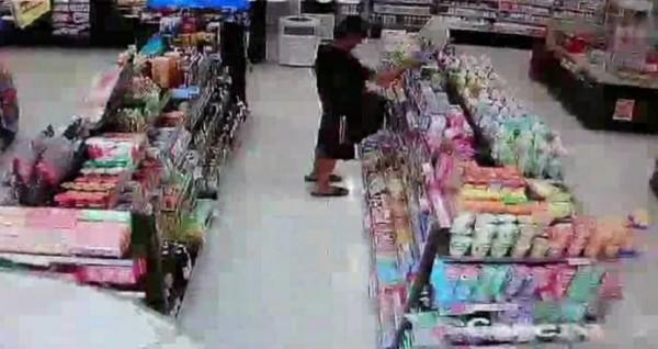 張男在超商行竊。(記者鄭淑婷翻攝)