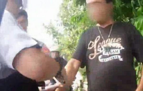 張男被警方扭送法辦。(記者鄭淑婷翻攝)