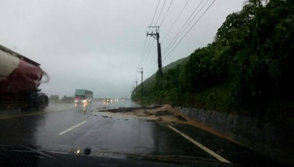 南迴公路410.3K因土石不斷滑落,公路局緊急封閉雙向車流,將視情況實施管制輪放。(圖由大武警分局提供)
