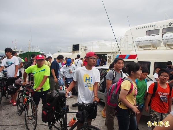 滯留綠島旅客今天下午搭著加開的船班回台東富岡漁港。(記者王秀亭攝)
