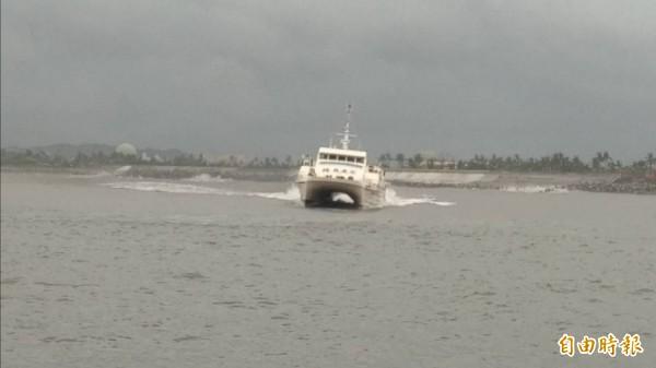 綠島之星2號加足馬力,載著旅客開進富岡漁港。(記者王秀亭攝)