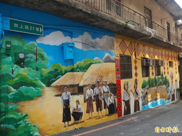 南崁里新推出「南崁社平埔族」主題彩繪,讓早年記憶得以完整躍上牆面。(記者陳昀攝)