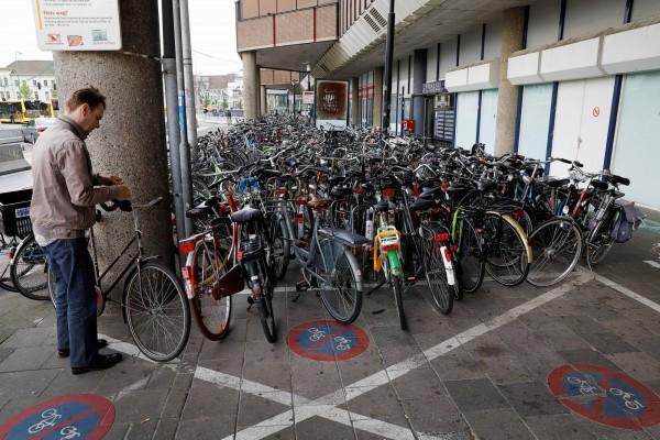 荷蘭市區單車過多,導致停車空間不足的現象十分嚴重。(路透社)