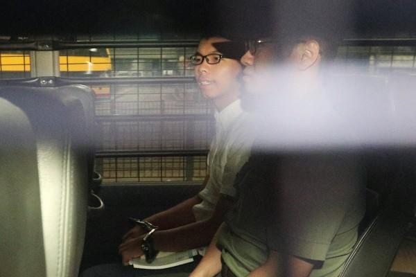 香港「雙學3子」之一黃之鋒,在上週被判入獄後,今(22)日首度露面,為「佔旺藐視法庭案」出庭。(路透)
