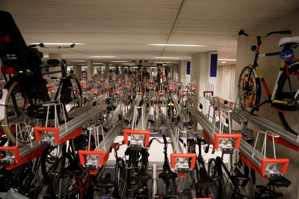 荷蘭烏得勒支市21日開放全球最大單車停車場,目前可停放6000輛單車。(路透社)