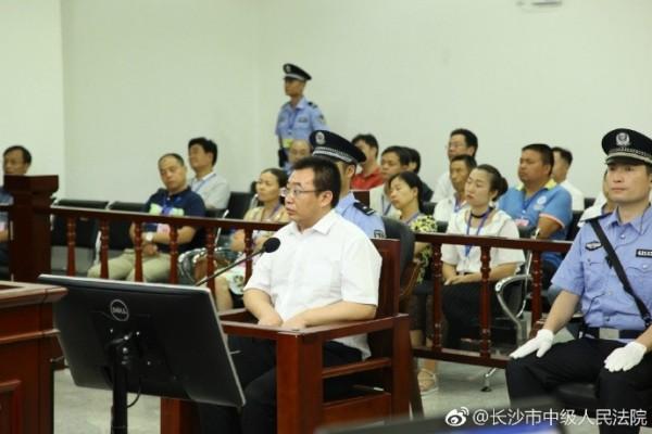 中國維權律師江天勇被控「涉嫌煽動顛覆國家政權」,今(22)日當庭認罪。江的妻子認為,丈夫是在遭受難以忍受的酷刑後,被迫選擇認罪。(圖取自微博)