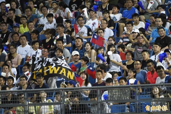 世大運棒球台灣對捷克之戰在天母棒球場舉行,滿場球迷為台灣隊加油。(記者陳志曲攝)