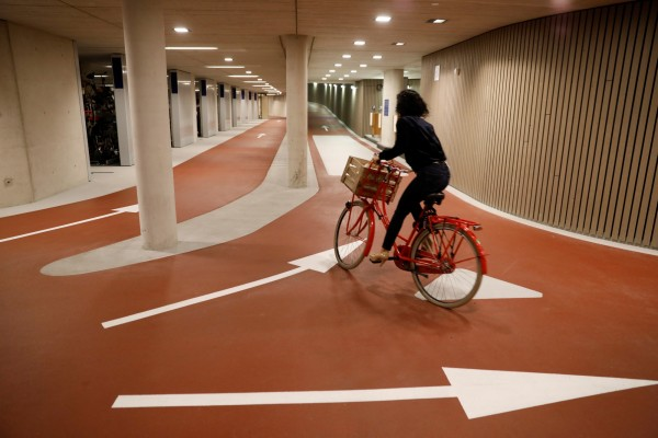 自行車停車場動線,箭頭搭配橘色地面,清楚明瞭,使民眾不會混淆。(路透社)