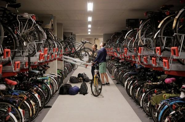 荷蘭民眾自行停放單車,停放空間寬大,使用方便拉取。(路透社)