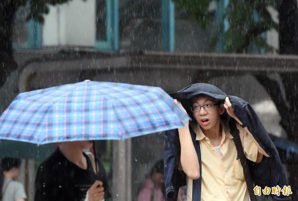 花東、屏東白天雨勢驚人, 預估天鴿海警傍晚解除。(資料照,記者廖振輝攝)