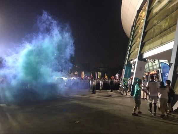 反年改團體在世大運開幕期間激烈陳抗,還有不明人士丟煙霧彈。(圖擷取自網路)