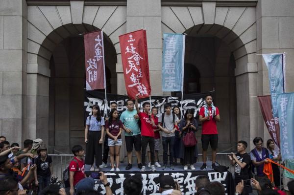 香港特首林鄭月娥表示,黃之峰等3人不是「政治犯」,並強調香港成功的基石就是「法治精神」和「司法獨立」。圖為港人在香港上訴法庭前抗議。(法新社)