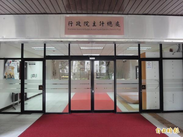 行政院主計總處公布「國人赴海外工作人數統計」,以赴中國工作占58%最多。(記者盧冠誠攝)