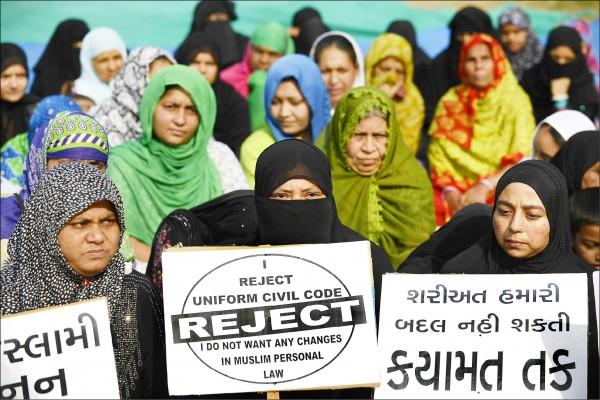 去年十一月,一群穆斯林婦女在印度西北部古吉拉特邦第一大城艾哈邁達巴德(Ahmedabad)集會,反對「統一民事法典」。(法新社檔案照)