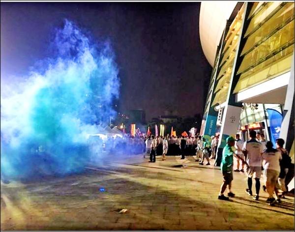 世大運開幕有人丟擲煙霧彈鬧場,警方過濾監視器畫面,已掌握該名人士身分。(取自網路)