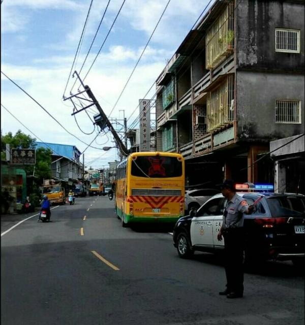 校車上午近8點撞斷電線桿,車內3名學生及駕駛幸好都沒受傷。(記者黃旭磊翻攝)