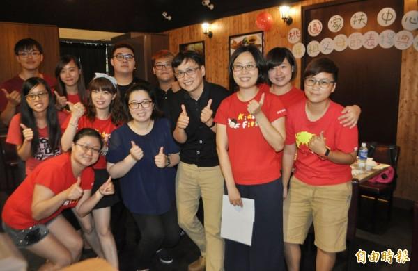 曾是家扶社工的簡淳婷(前左二),5年前改行經營餐廳,今招待家扶祖父母和孫子女、志工享用牛排大餐。(記者李容萍攝)