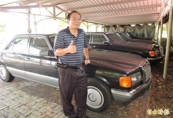 王文正收藏5輛賓士老車。(記者楊金城攝)