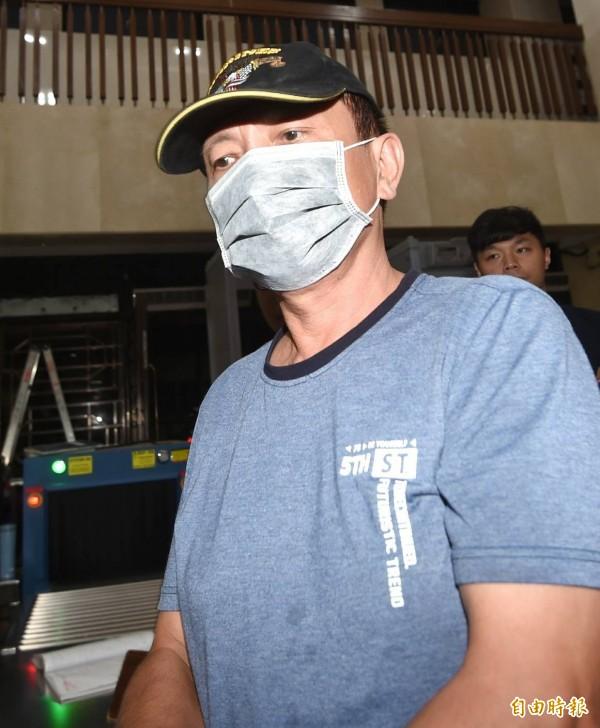 李彧彬戴著帽子、口罩移送北檢複訊,一見到媒體立即閃身上樓。(記者方賓照攝)