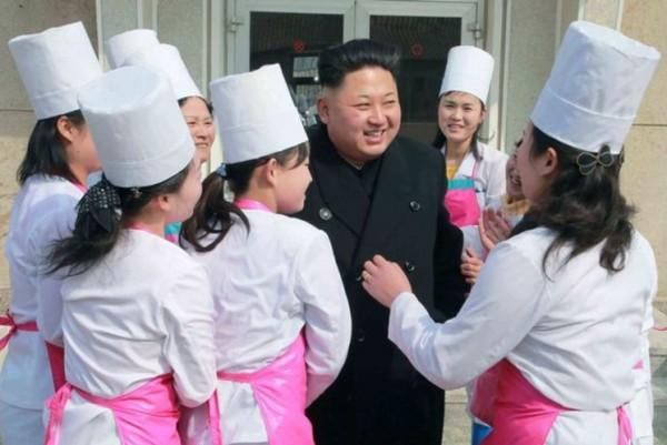 金正恩在受訪時被崇拜他的女性包圍。(圖片來源為英國《鏡報》)