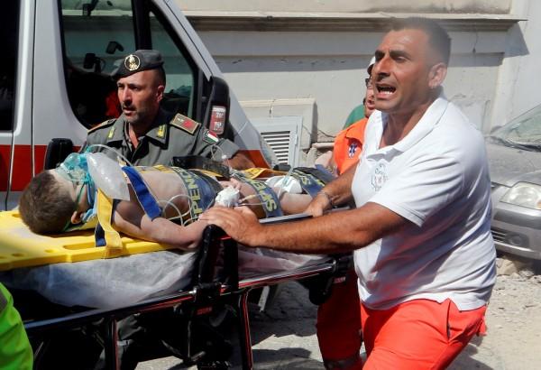 當地救難人員花了16個小時徒手挖磚救人,所幸最後孩子們全數脫困成功。(路透)