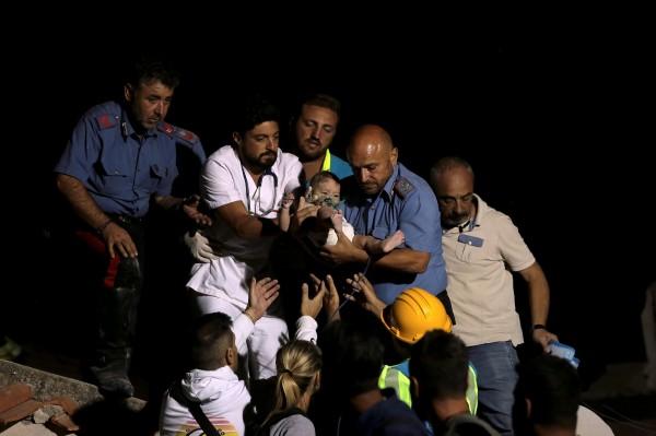 義大利度假勝地伊斯契亞島發生規模4.0地震,目前已造成至少2人死亡42人受輕重傷。當第一家3名小兄弟遭活埋近16小時後全數被成功救出。(路透)