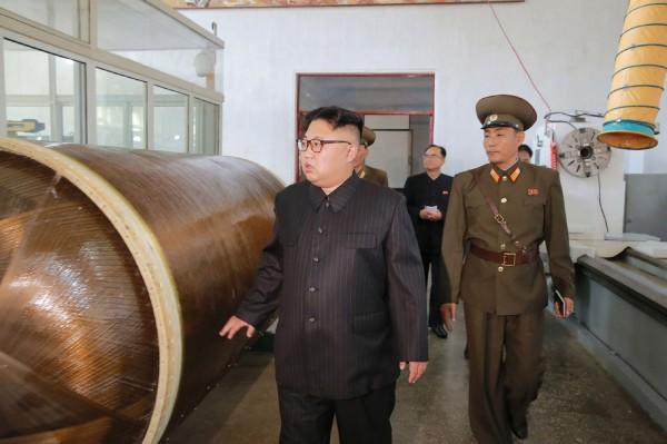 北韓《中央通訊社》公布金正恩視察國防科學院化工材料研究所照片,專家指出這張照片並不單純。(法新社)