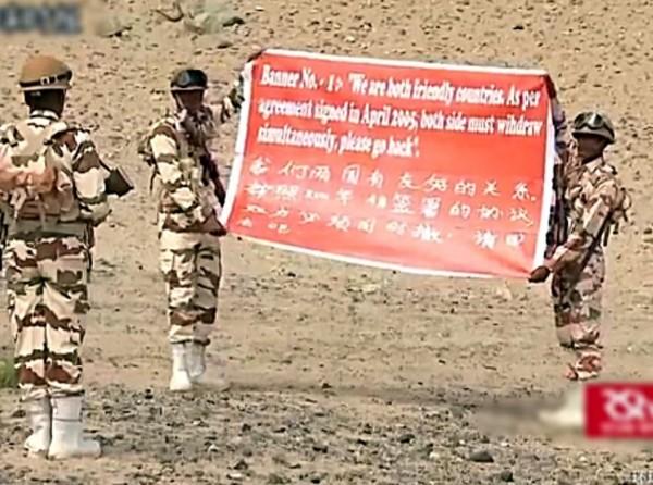 印度軍方近日模擬與中方對峙時的狀況,拉出中英文布條,呼籲中方軍隊「請回去吧」。(圖截自香港《經濟日報》)