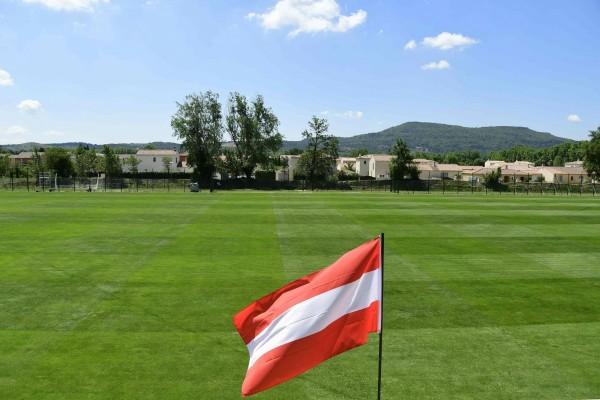奧地利一名39歲的足球迷因為在看比賽時,行使了納粹禮,因此被法院判處18個月的有期徒刑。圖為奧地利國旗,與新聞無關。(資料照,法新社)