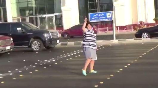 少年因為在馬路上跳「瑪卡蓮娜」遭到警方逮捕。(圖片擷取自推特)