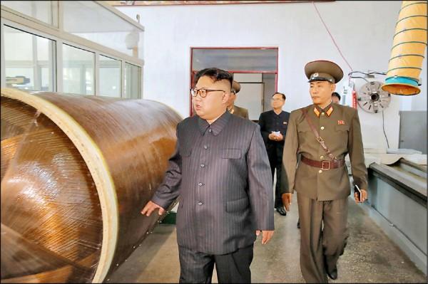 北韓官媒23日聲稱,已連續8天銷聲匿跡的最高領導人金正恩,日前視察國防科學院化學材料研究所,聽取製造洲際彈道飛彈(ICBM)彈頭及固態燃料火箭發動機的報告,金正恩隨即指示增產。(路透)