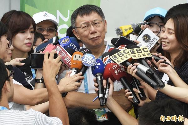 台北市長柯文哲(中)巡視世大運網球中心,會後接受媒體訪問。(記者陳志曲攝)