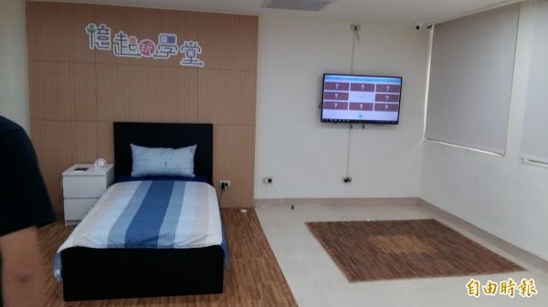 「憶起玩學堂」規劃利用物聯網科技打造的智慧居家照護體驗區。(記者賴筱桐攝)