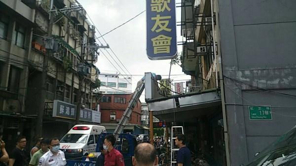 年輕工人疑似觸電,當場昏倒在梯子上。(記者陳恩惠翻攝)