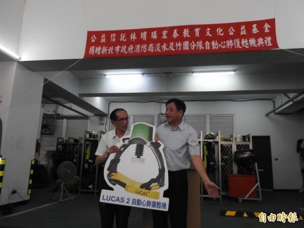 公益信託林堉璘宏泰教育文化公益基金捐贈2台自動心肺復甦機。(記者王宣晴攝)