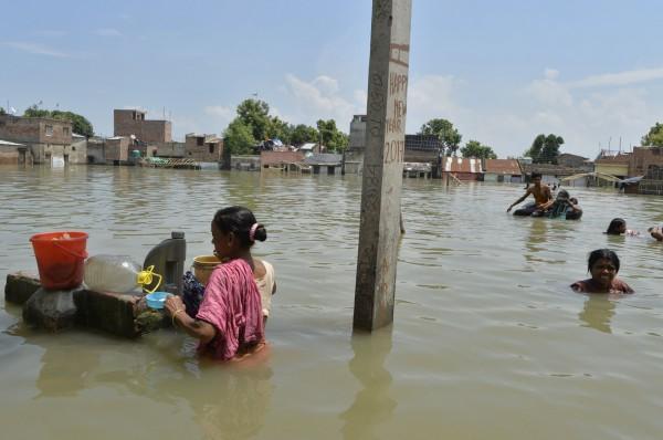 雨季帶來的暴雨和洪災持續肆虐南亞,根據官方統計,目前死亡人數已超過1000人。(法新社)