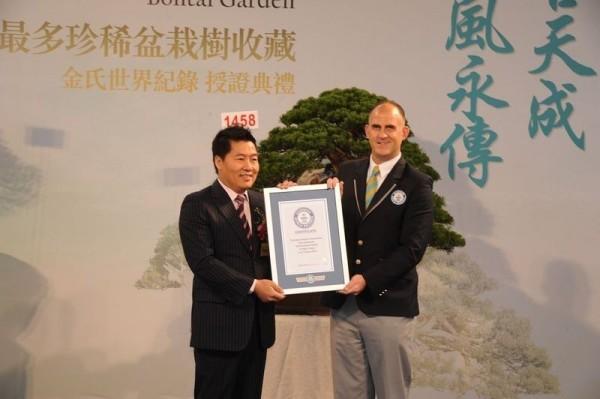 富商陳萬添(左)被國民黨踢出中央委員候選資格名單。(資料照,記者黃捷翻攝自「柏泰園」官網)。