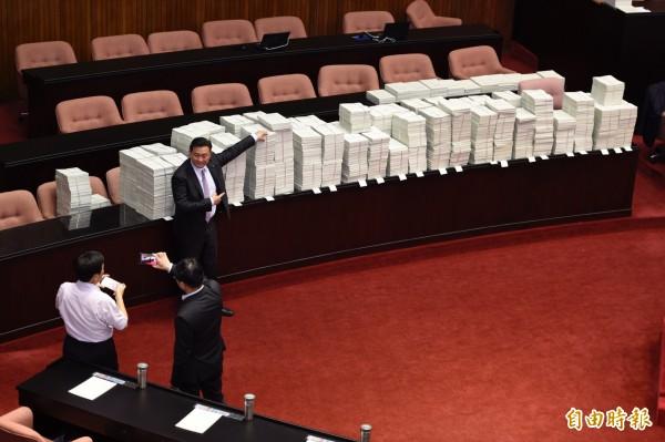 民進黨立委進議場後,爭相與國民黨的提案書合影。(記者叢昌瑾攝)