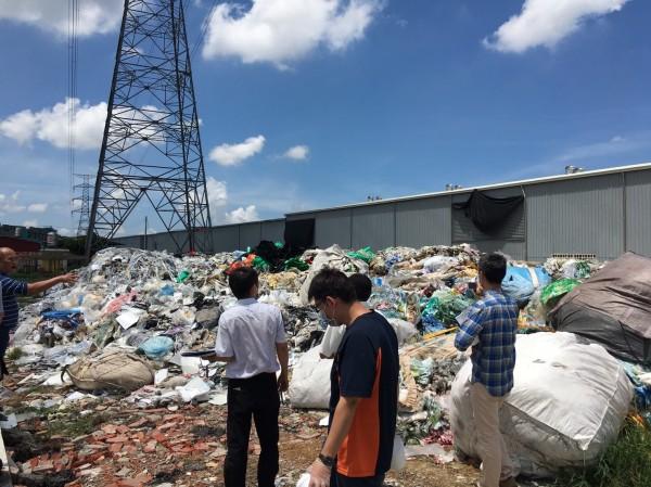 大社區尖山腳段遭非法棄置廢棄物。(記者蔡清華翻攝)