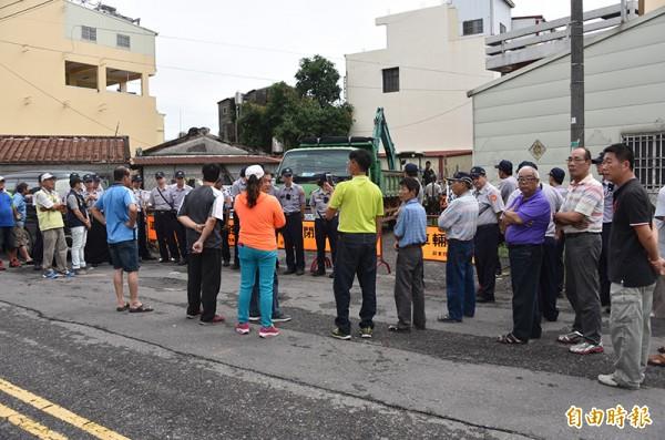 萬丹鄉成功街2段10巷封路,引起近百位民眾抗議。(記者葉永騫攝)