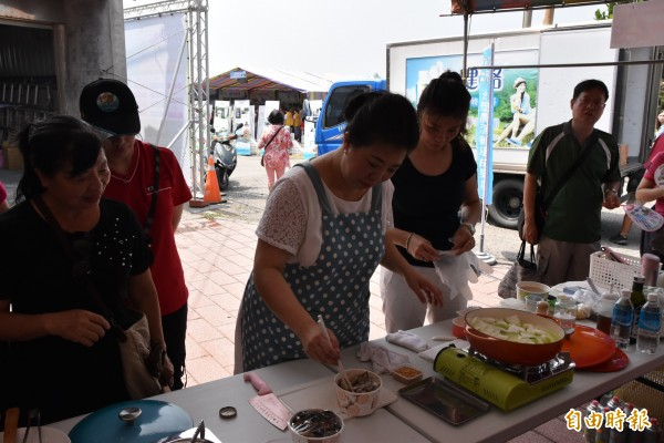 美食家阿芳老師現場示範文蛤料理作法。(記者黃淑莉攝)