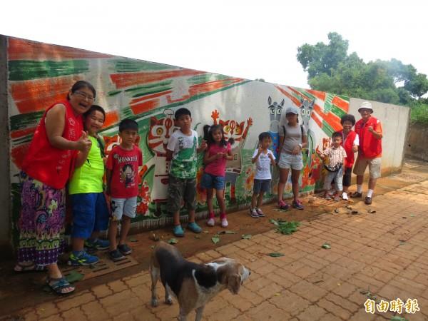 參加文化列車活動的小朋友,對都會園路上的牆壁彩繪上的石虎家族很好奇。(記者蘇金鳳攝)