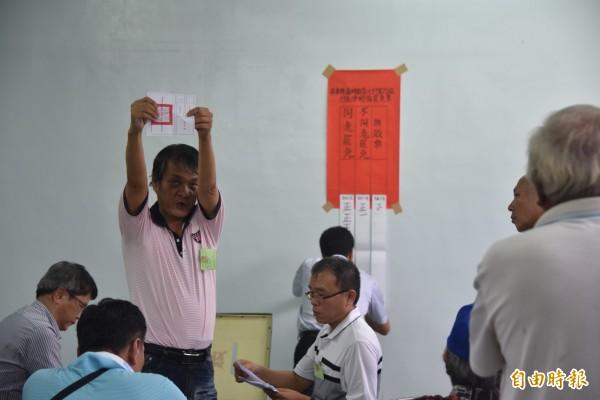 屏東縣南州鄉壽元村長遭罷免案下午4點結束投票隨即進行開票。(記者葉永騫攝)