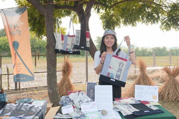 林純瑜推出「台灣國」包包2.0─再生購物袋,今天在市集開賣。(林純瑜提供)
