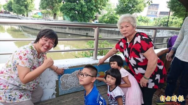 六甲區長蔡秀琴(左一)和龜港里阿嬤帶著孫子輩,一起為龜子港大排護岸美化行動出力。(記者楊金城攝)