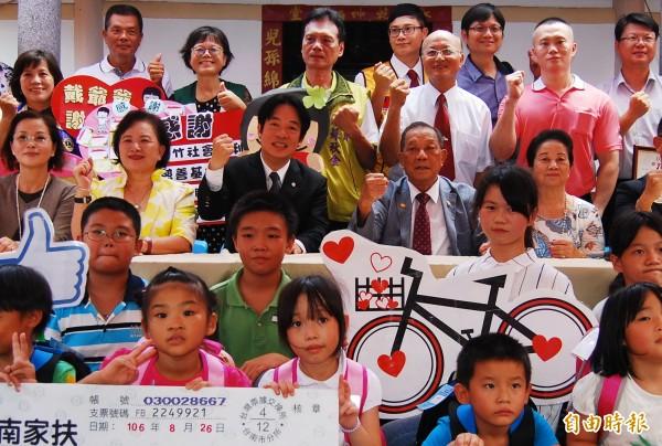 康那香董事長戴榮吉(中右二)捐贈助學金給弱勢學生,市長賴清德(中左三)出席。(記者楊金城攝)