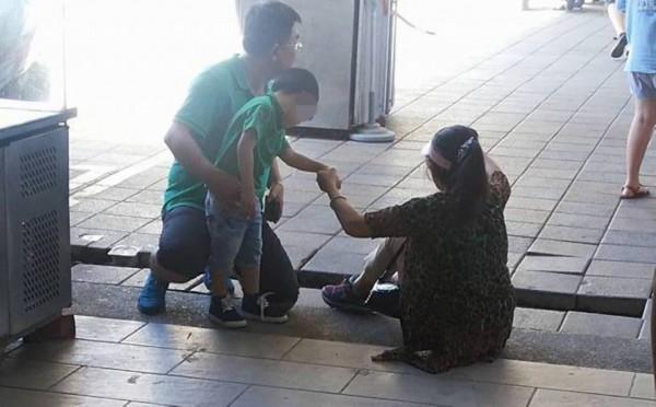 有外籍遊客前天到訪用餐,被攤販區入口殘缺的步磚絆倒受傷。(記者蔡宗憲翻攝)